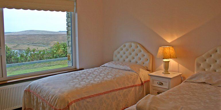 320_bedroom2