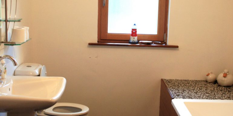 inside_355_leenane_bathroom